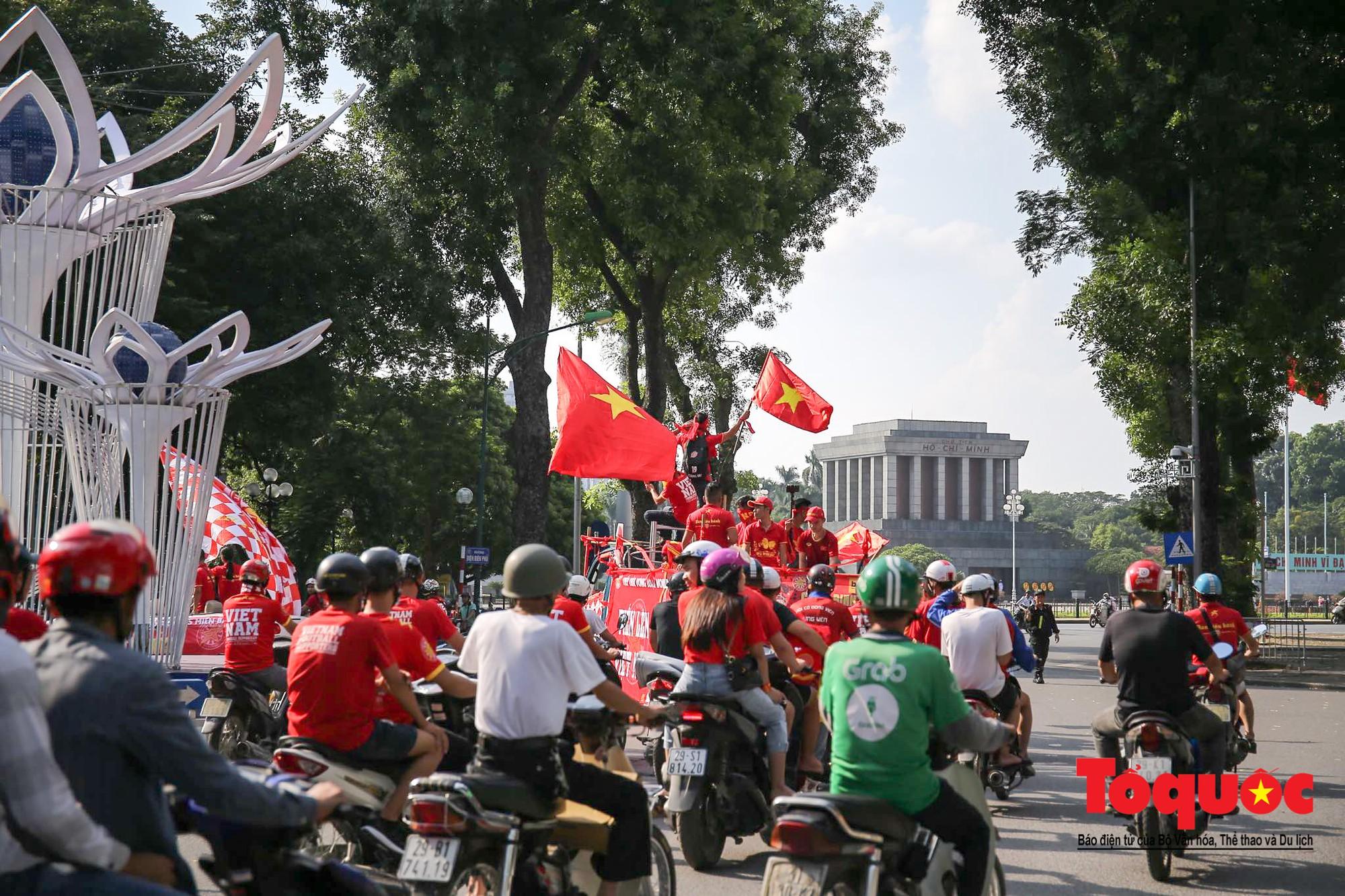 Hàng nghìn CĐV diễu hành qua nhiều tuyến phố Thủ đô tiếp lửa cho các cầu thủ Việt Nam1