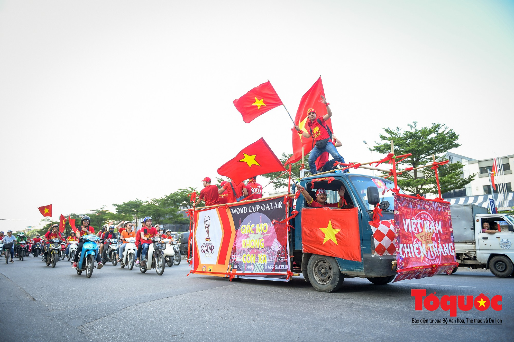 Hàng nghìn CĐV diễu hành qua nhiều tuyến phố Thủ đô tiếp lửa cho các cầu thủ Việt Nam10