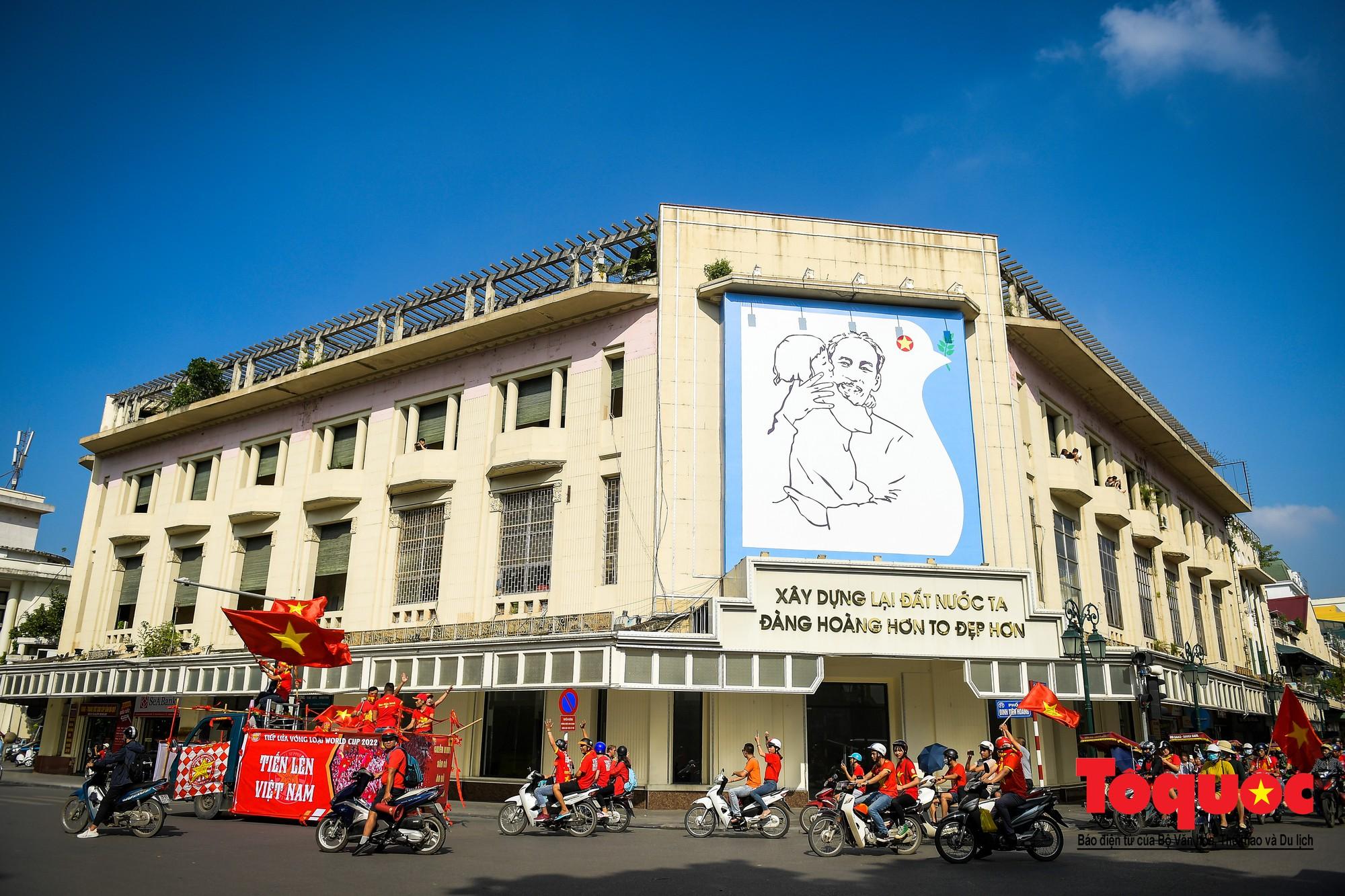 Hàng nghìn CĐV diễu hành qua nhiều tuyến phố Thủ đô tiếp lửa cho các cầu thủ Việt Nam11