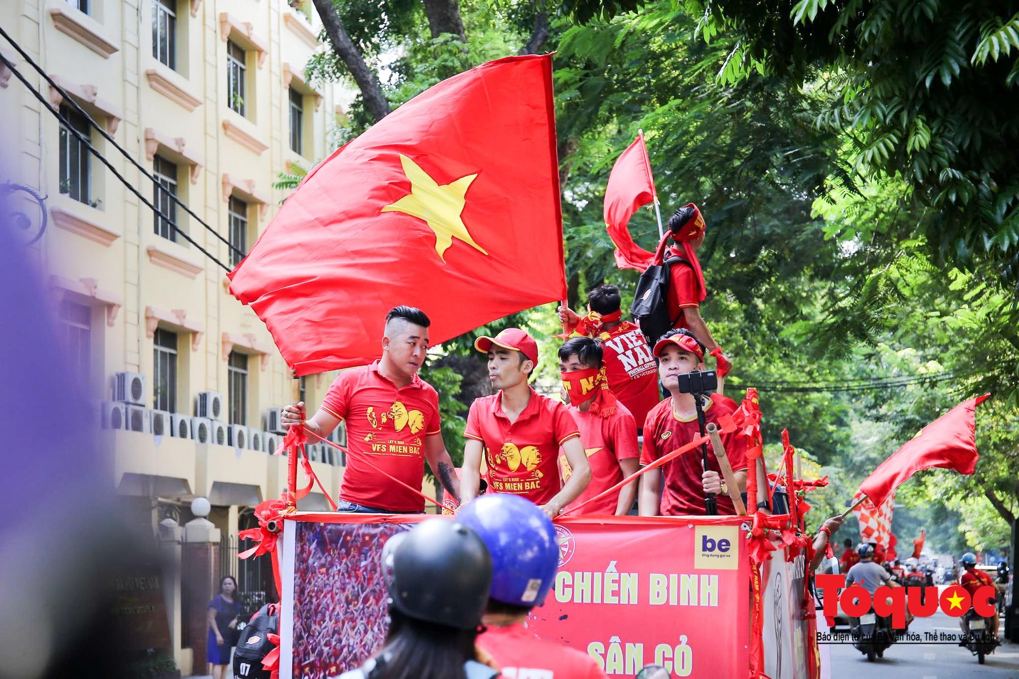 Hàng nghìn CĐV diễu hành qua nhiều tuyến phố Thủ đô tiếp lửa cho các cầu thủ Việt Nam2