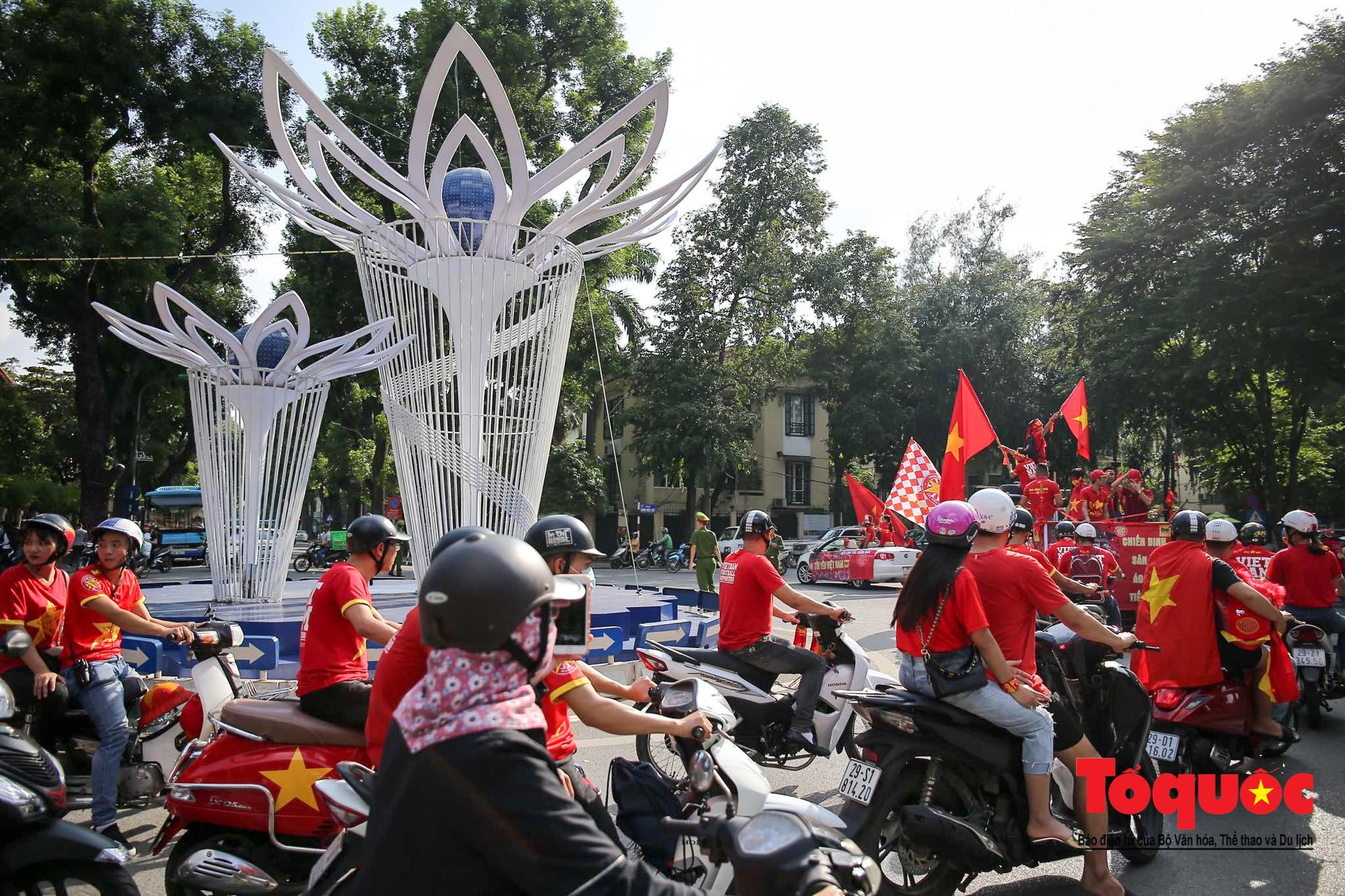 Hàng nghìn CĐV diễu hành qua nhiều tuyến phố Thủ đô tiếp lửa cho các cầu thủ Việt Nam3