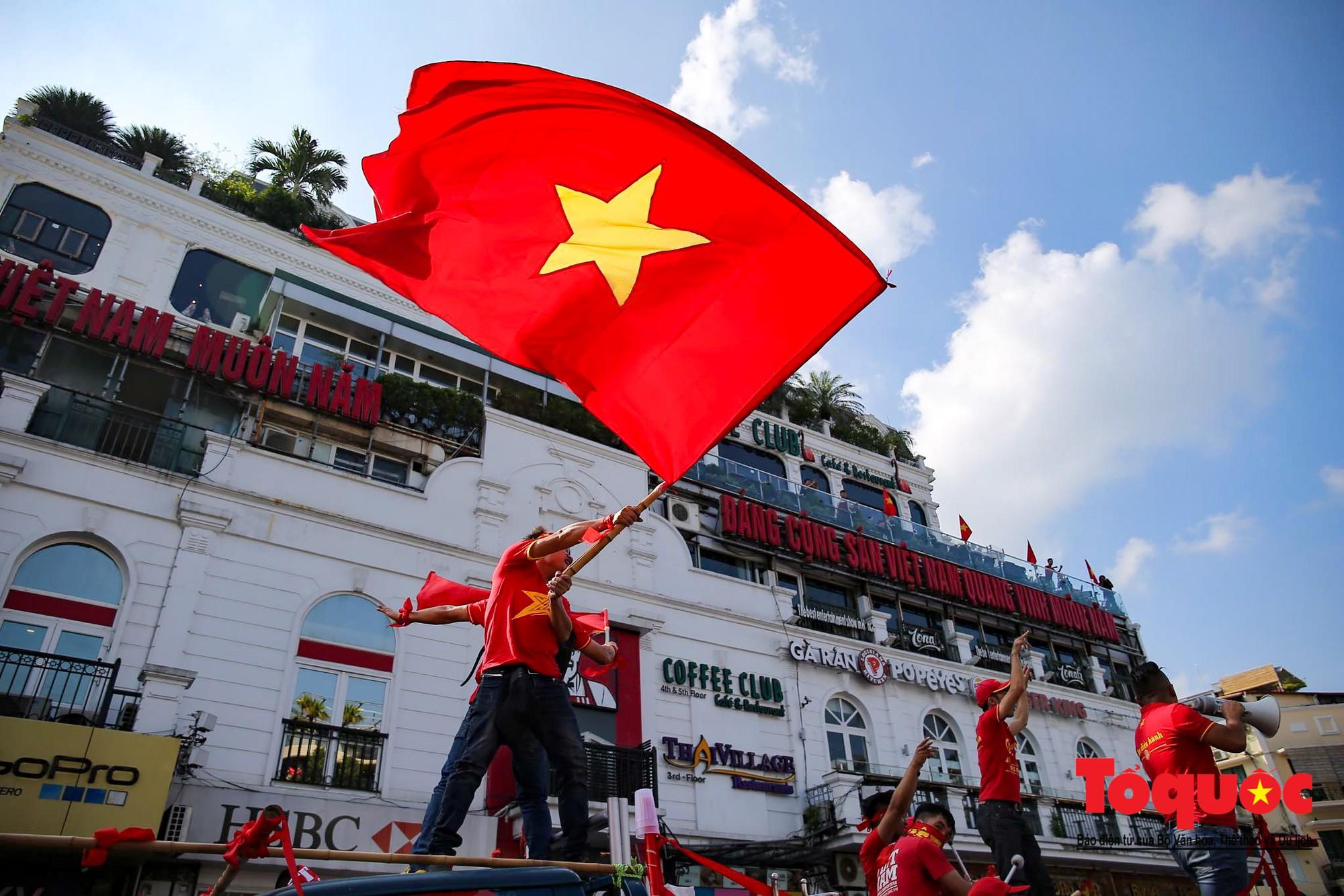 Hàng nghìn CĐV diễu hành qua nhiều tuyến phố Thủ đô tiếp lửa cho các cầu thủ Việt Nam4