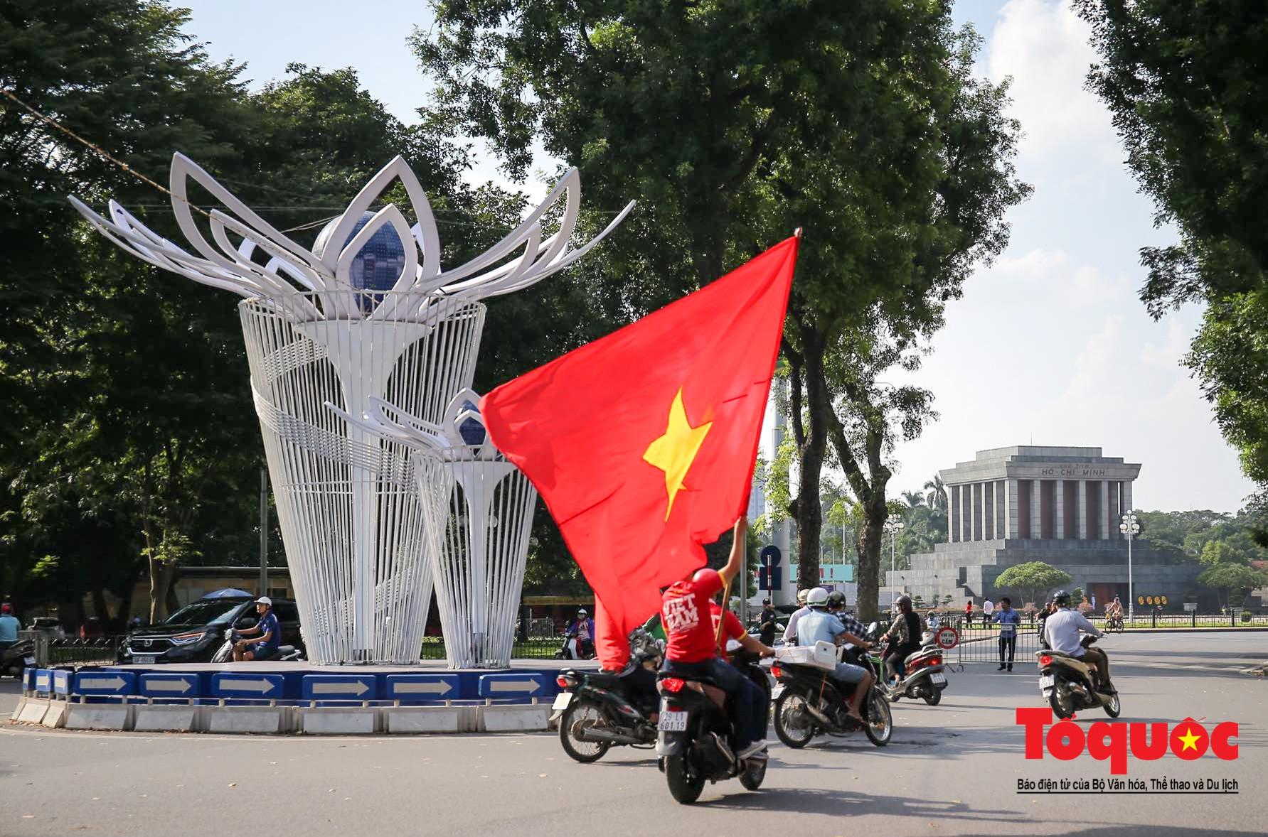 Hàng nghìn CĐV diễu hành qua nhiều tuyến phố Thủ đô tiếp lửa cho các cầu thủ Việt Nam5