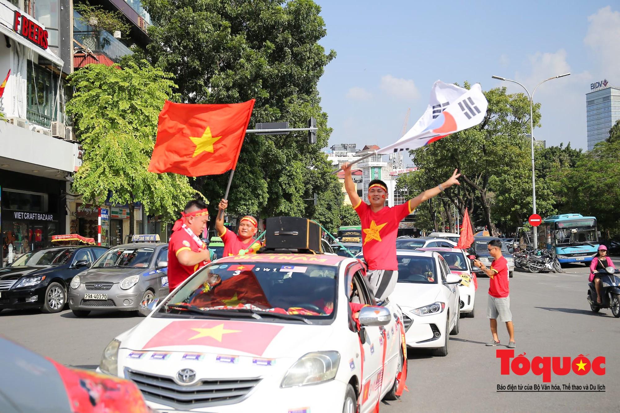 Hàng nghìn CĐV diễu hành qua nhiều tuyến phố Thủ đô tiếp lửa cho các cầu thủ Việt Nam6