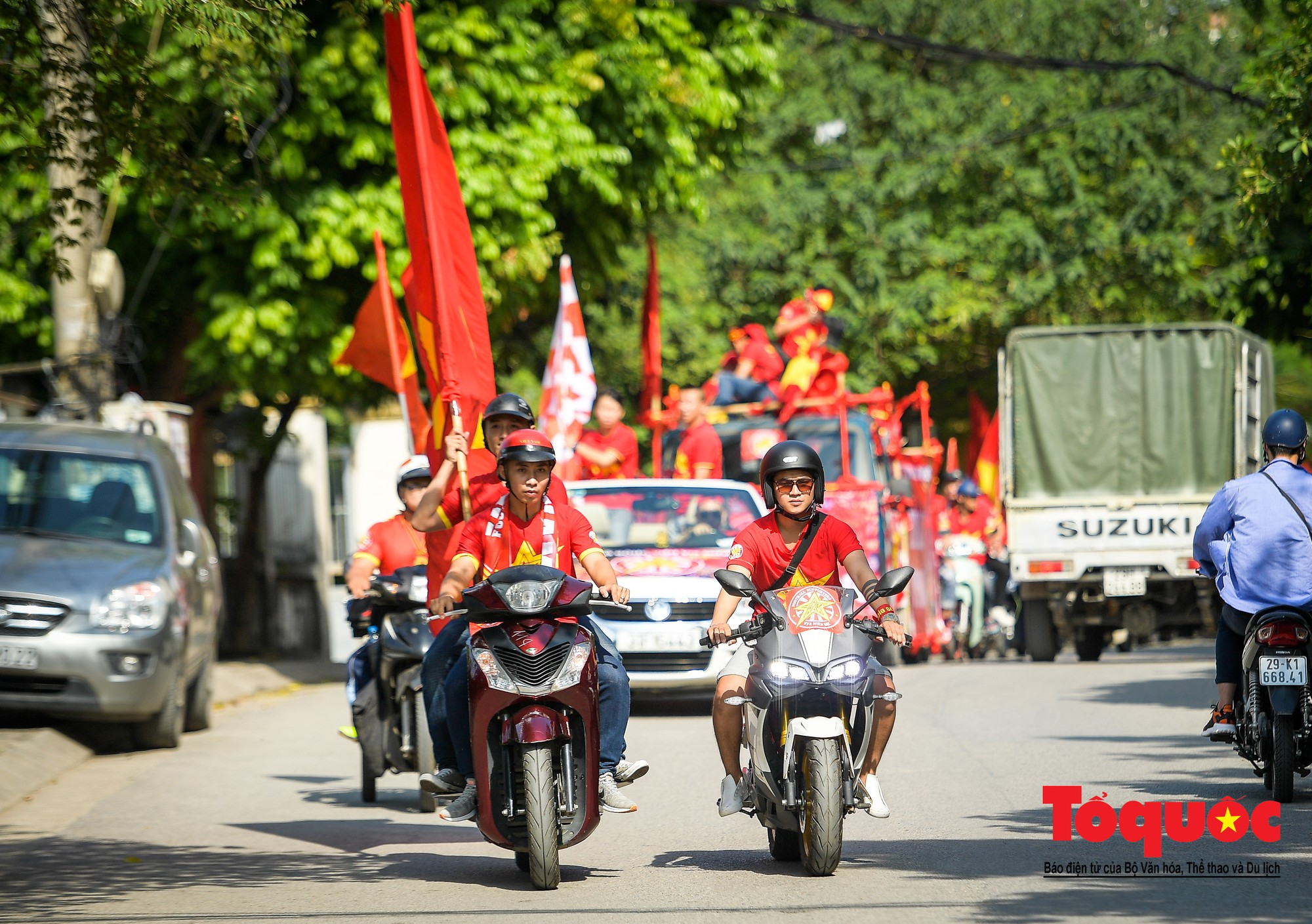 Hàng nghìn CĐV diễu hành qua nhiều tuyến phố Thủ đô tiếp lửa cho các cầu thủ Việt Nam7