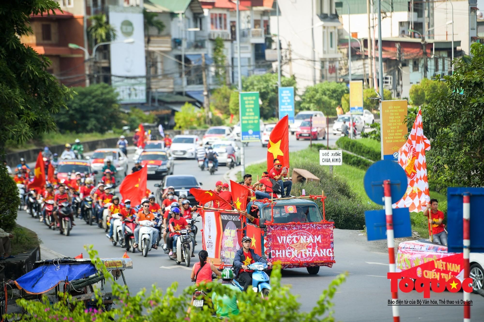 Hàng nghìn CĐV diễu hành qua nhiều tuyến phố Thủ đô tiếp lửa cho các cầu thủ Việt Nam8