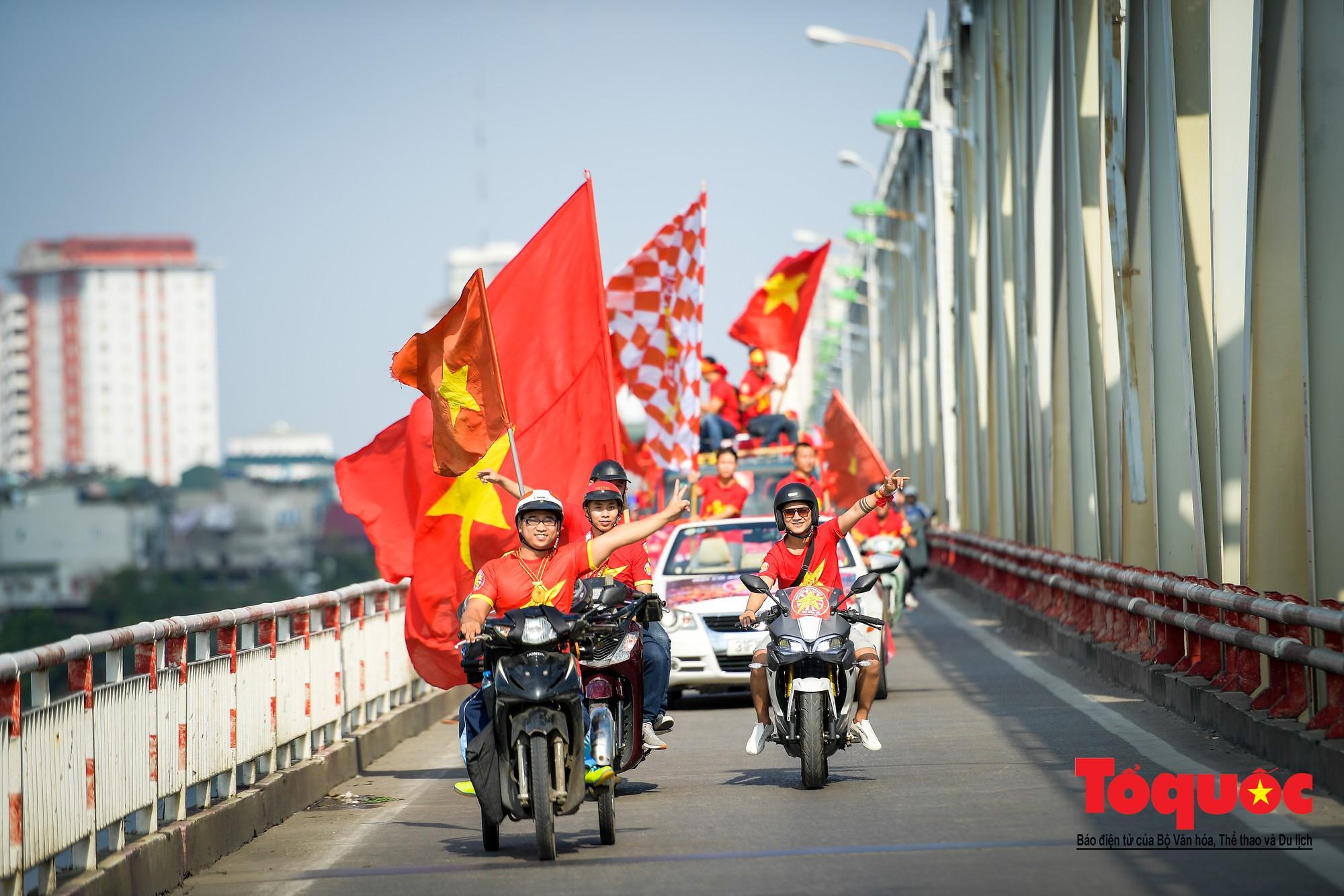 Hàng nghìn CĐV diễu hành qua nhiều tuyến phố Thủ đô tiếp lửa cho các cầu thủ Việt Nam9