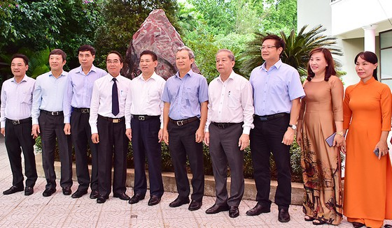 Bảo tàng Hồ Chí Minh Thừa Thiên-Huế tiếp nhận khối đá Saphia nặng 14 tấn - Ảnh 1.