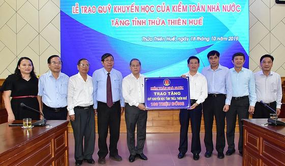 Bảo tàng Hồ Chí Minh Thừa Thiên-Huế tiếp nhận khối đá Saphia nặng 14 tấn - Ảnh 2.