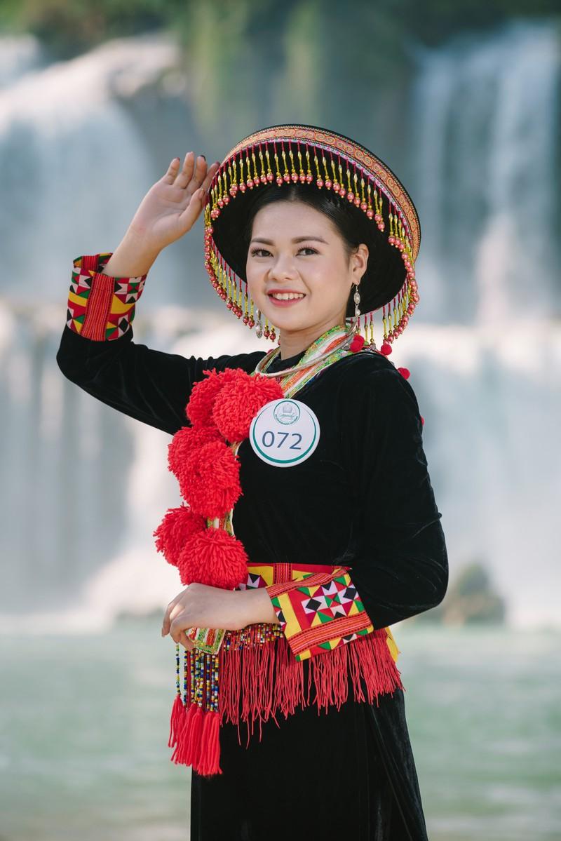 Người đẹp du lịch non nước Cao Bằng rực rỡ trong trang phục dân tộc - Ảnh 1.