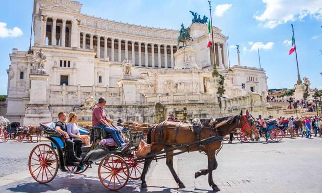 Kiến nghị cấm xe du lịch ở Rome sau khi ngựa ngã gục trên đường phố - Ảnh 1.