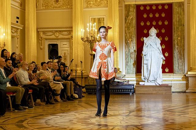 """Trình diễn bộ sưu tập thời trang """"Bí ẩn chim Phượng"""" tại LB Nga - Ảnh 11."""