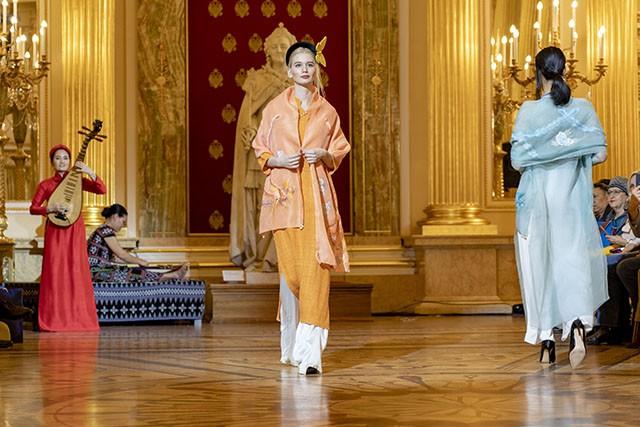 """Trình diễn bộ sưu tập thời trang """"Bí ẩn chim Phượng"""" tại LB Nga - Ảnh 14."""