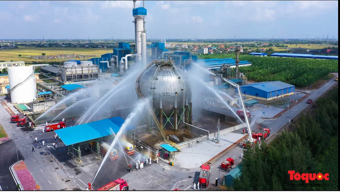 Hàng trăm chiến sĩ PCCC xử lý tình huống cháy, ứng phó sự cố hóa chất tại Nhà máy sản xuất Amon Nitrat - Ảnh 6.