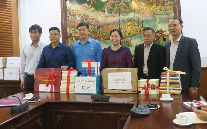Phát động phong trào tặng sách cho đồng bào dân tộc và học sinh tỉnh Hòa Bình