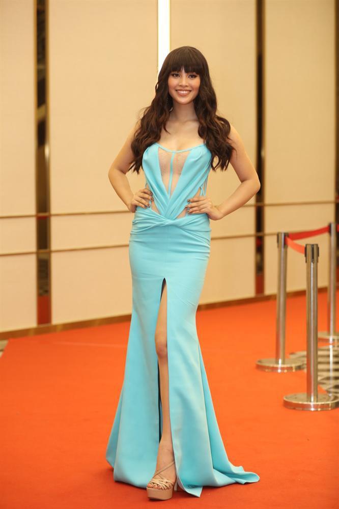 Sai lầm trong chọn đồ, khán giả lầm tưởng Hoa hậu Tiểu Vy là Phi Thanh Vân và Phương Vy Idol - Ảnh 1.