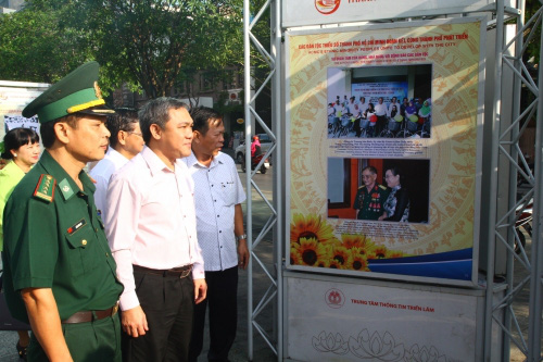 Trưng bày 120 hình ảnh về đồng bào các dân tộc Thành phố Hồ Chí Minh - Ảnh 1.