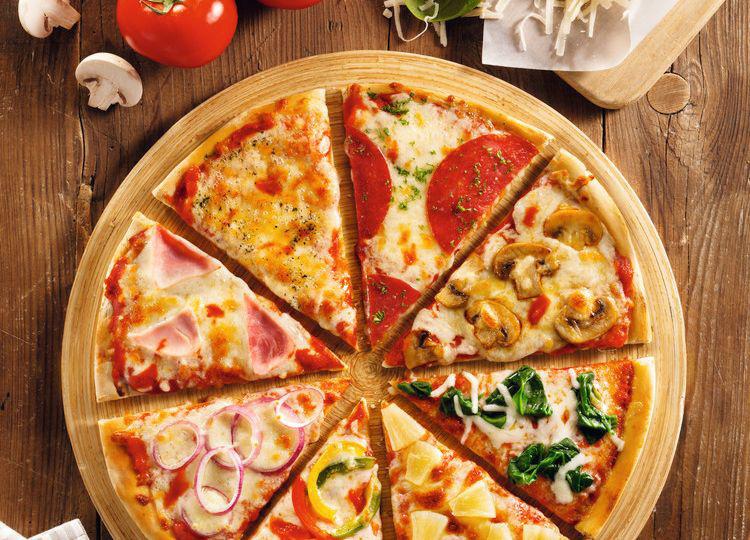 Đố bạn biết, vì sao pizza có hình tròn nhưng lại được đựng trong hộp vuông và cắt theo hình tam giác? - Ảnh 2.