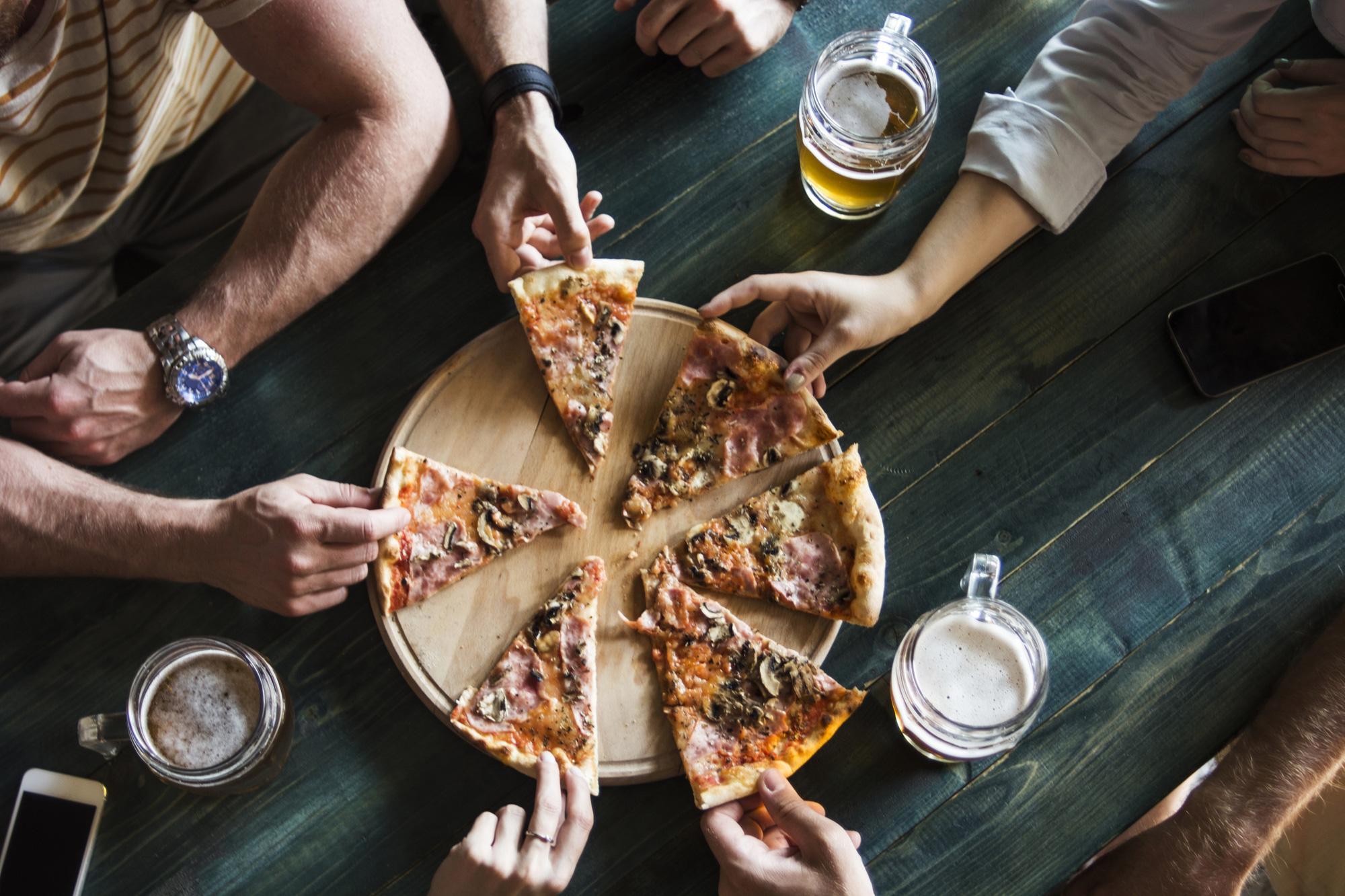 Đố bạn biết, vì sao pizza có hình tròn nhưng lại được đựng trong hộp vuông và cắt theo hình tam giác? - Ảnh 1.