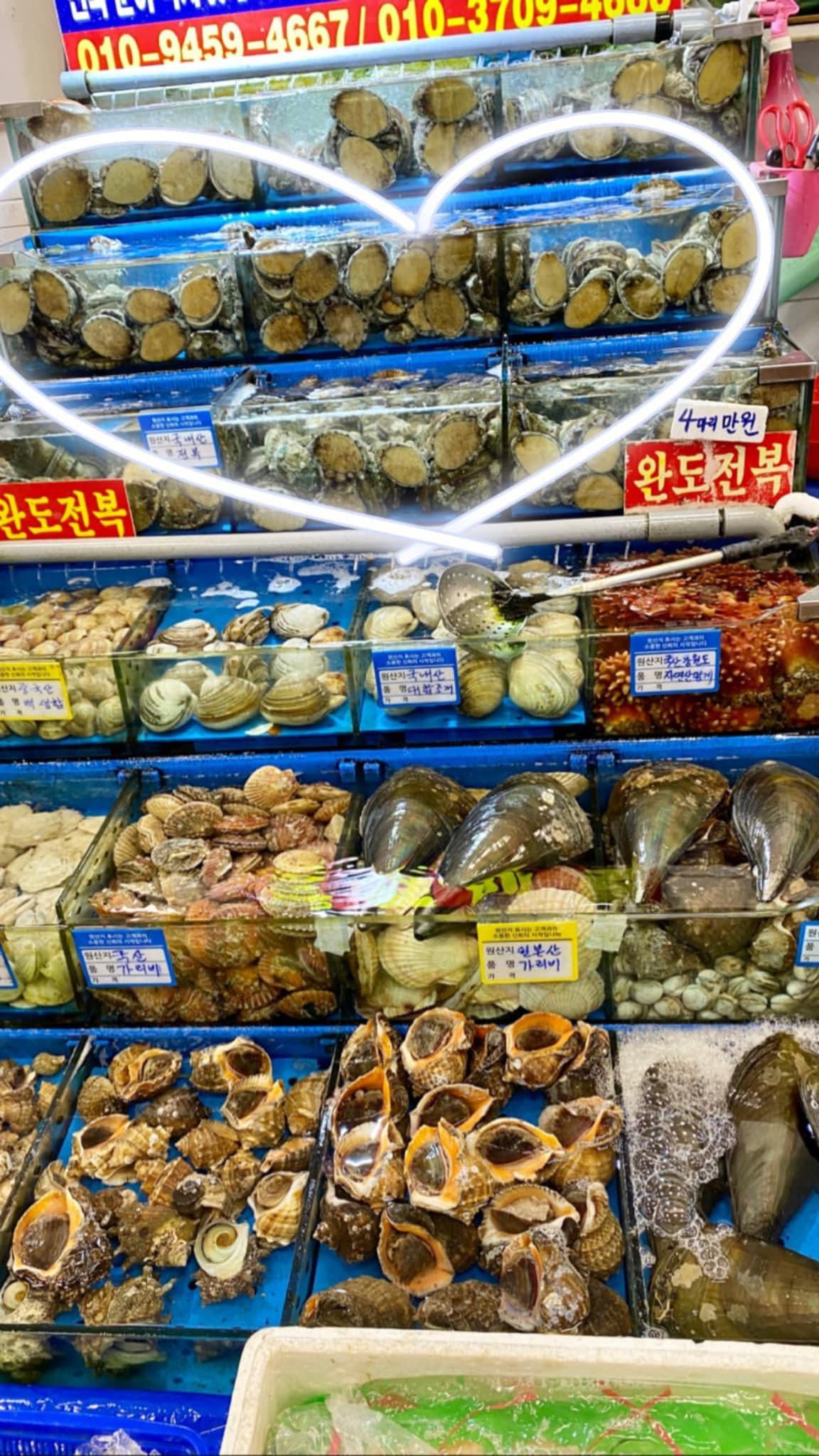 Đến chợ hải sản lớn nhất Seoul ăn cua hoàng đế mà mải mặc cả quá, mãi sau Kỳ Duyên mới phát hiện ra chú cua đã bị rụng mất một chân - Ảnh 3.