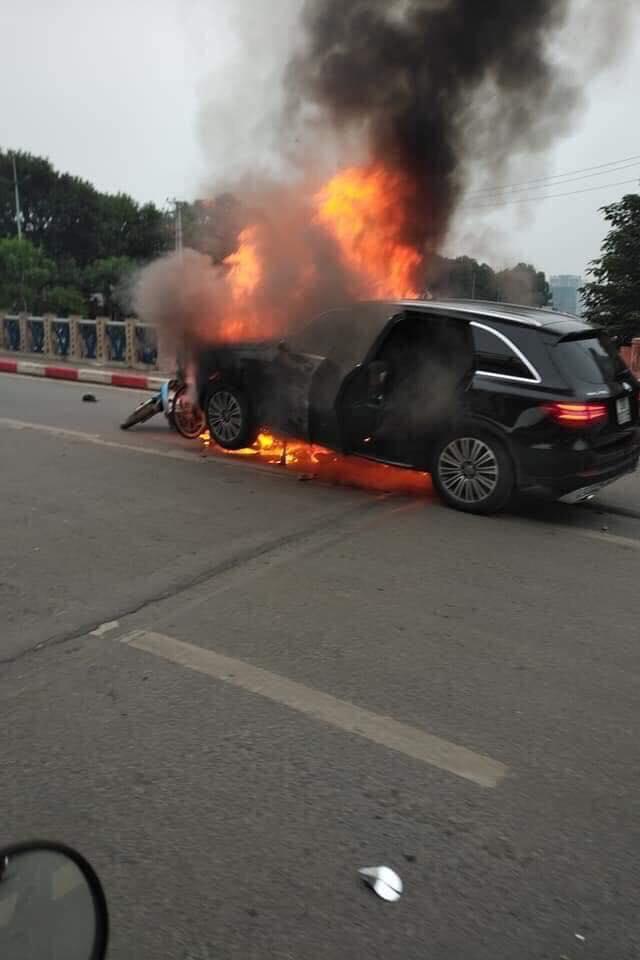 Clip: Cận cảnh xe Mercedes bốc cháy dữ dội trên phố Hà Nội sau cú đâm kinh hoàng  - Ảnh 3.