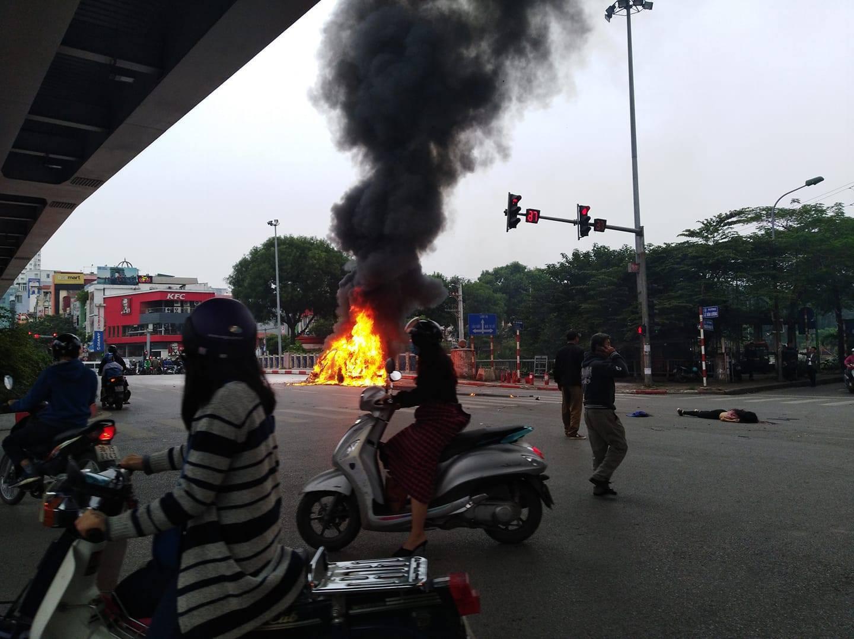 Clip: Cận cảnh xe Mercedes bốc cháy dữ dội trên phố Hà Nội sau cú đâm kinh hoàng  - Ảnh 4.