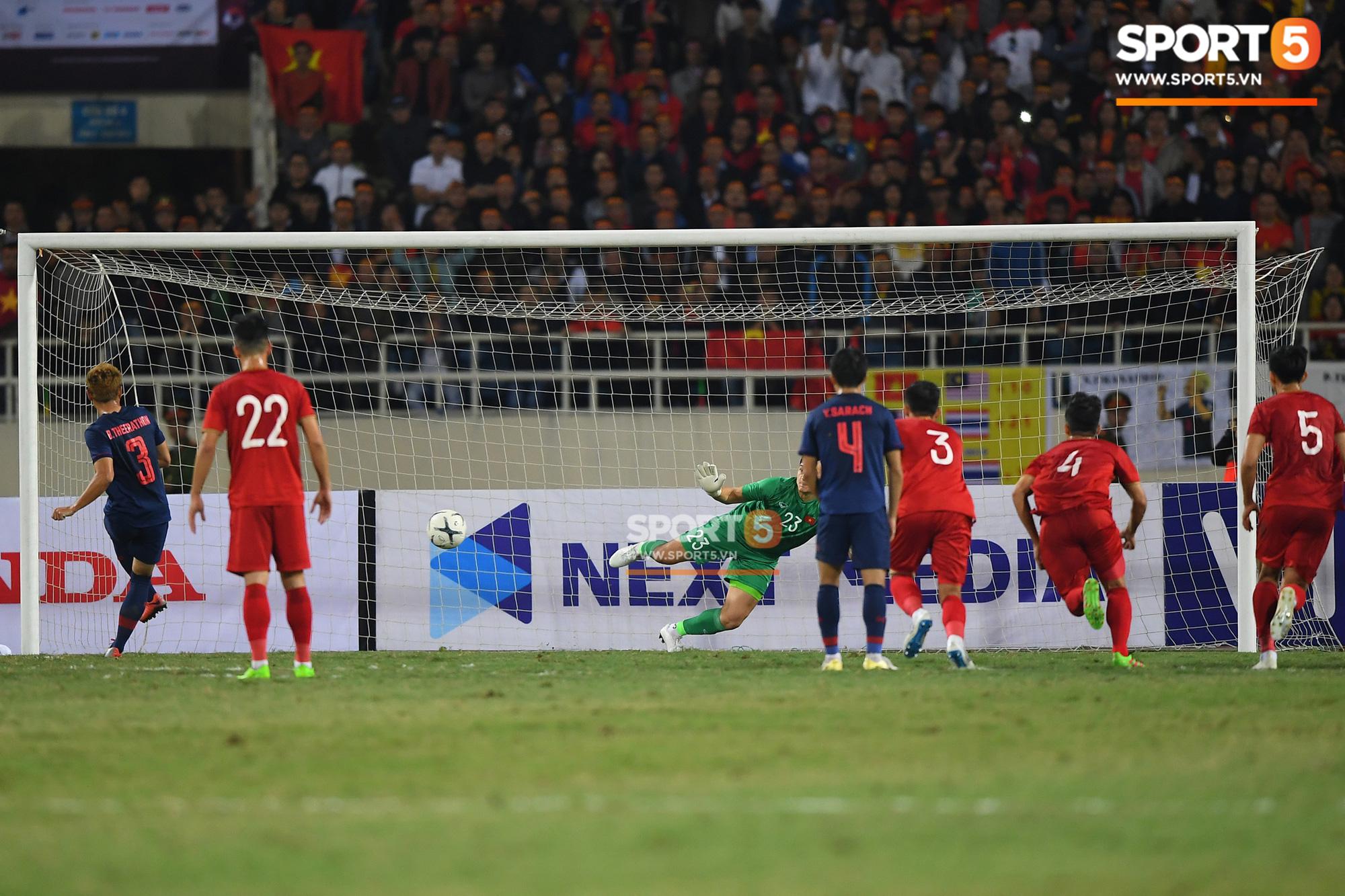 """Báo thể thao hàng đầu Thái Lan thừa nhận quả phạt đền như một phần thưởng của trọng tài, khen Văn Lâm """"trông giống con bạch tuộc khổng lồ"""" - Ảnh 1."""