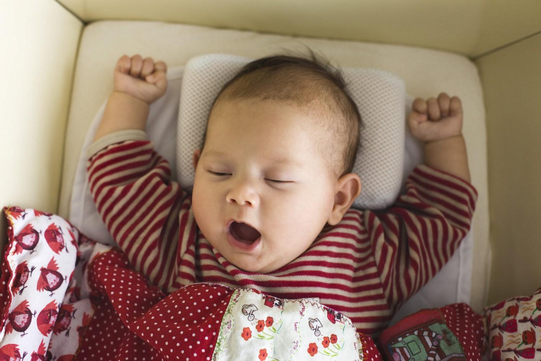 Bác sĩ nhi khoa lý giải về hiện tượng vì sao trẻ sơ sinh hay ngáp? - Ảnh 2.