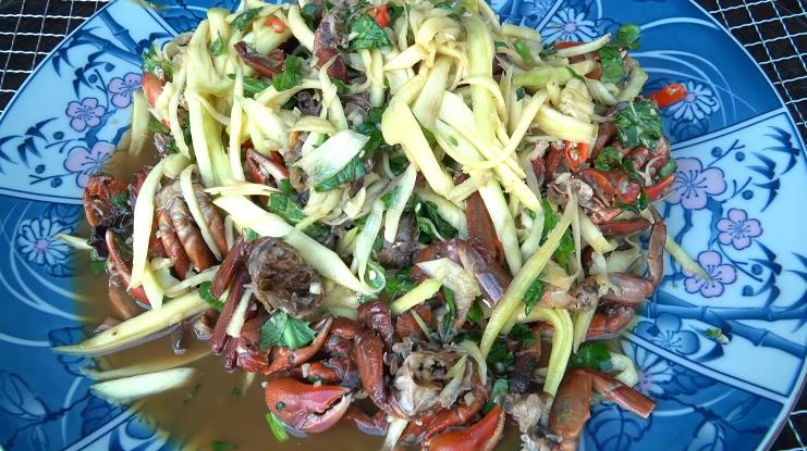 Youtuber Tiên Nguyễn cho chồng Hàn ăn thử ba khía muối trộn xoài và cái kết đắng lòng - Ảnh 1.
