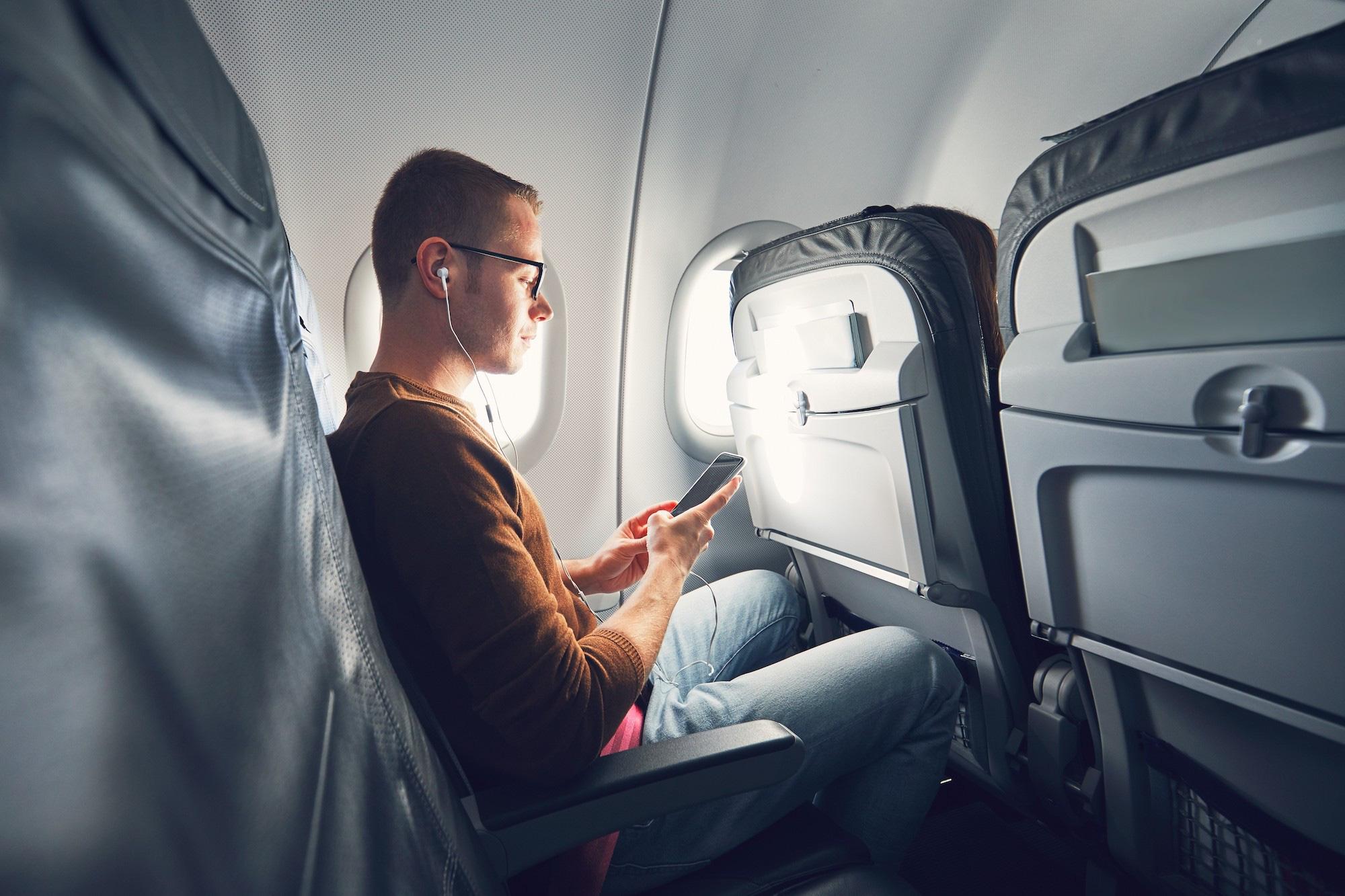 Trong tương lai, hành khách có thể bị tính thêm phí nếu muốn sạc pin điện thoại trên máy bay - Ảnh 2.