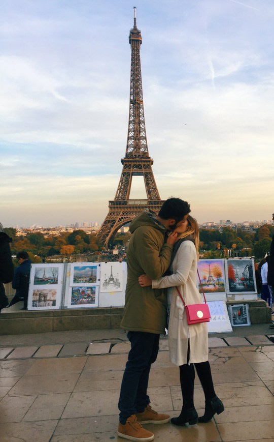 Tưởng là chụp ảnh với người yêu, nhưng không! Cô gái này đã đi du lịch khắp thế giới để… hôn trai lạ rồi bỏ đi như chưa có gì xảy ra - Ảnh 2.