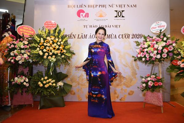 Mẹ chồng Lan Hương khoe vòng eo thon vượt mặt đàn em tại Triển lãm áo dài mùa cưới - Ảnh 1.