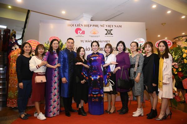 Mẹ chồng Lan Hương khoe vòng eo thon vượt mặt đàn em tại Triển lãm áo dài mùa cưới - Ảnh 2.