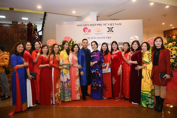Mẹ chồng Lan Hương khoe vòng eo thon vượt mặt đàn em tại Triển lãm áo dài mùa cưới - Ảnh 4.