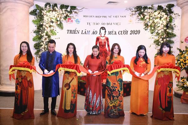 Mẹ chồng Lan Hương khoe vòng eo thon vượt mặt đàn em tại Triển lãm áo dài mùa cưới - Ảnh 5.