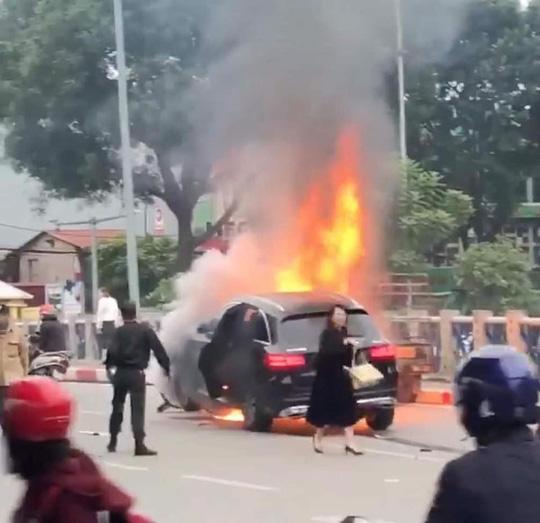 Khởi tố vụ nữ tài xế đi giày cao gót lái xe ô tô Mercedes gây tai nạn liên hoàn khiến 1 người tử vong ở Lê Văn Lương - Ảnh 1.