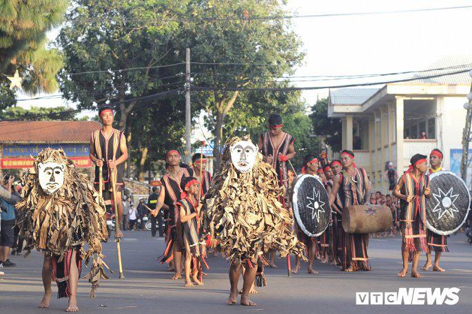 Hàng nghìn nghệ nhân biểu diễn lễ trong hội đường phố 'Vũ điệu cồng chiêng' - Ảnh 1.