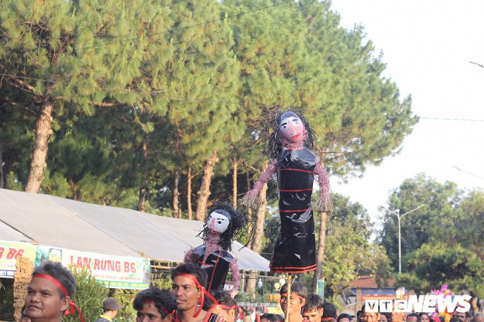 Hàng nghìn nghệ nhân biểu diễn lễ trong hội đường phố 'Vũ điệu cồng chiêng' - Ảnh 4.
