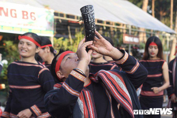 Hàng nghìn nghệ nhân biểu diễn lễ trong hội đường phố 'Vũ điệu cồng chiêng' - Ảnh 5.