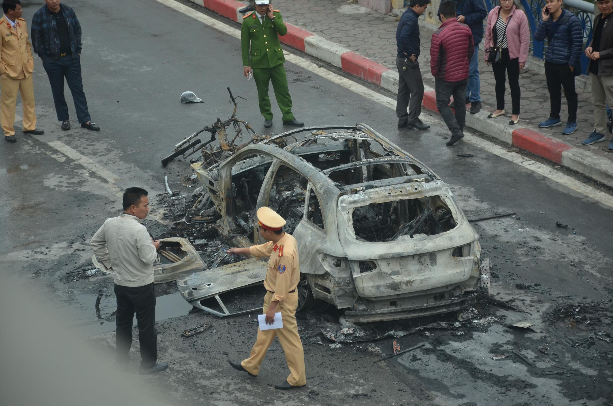 Khởi tố vụ nữ tài xế đi giày cao gót lái xe ô tô Mercedes gây tai nạn liên hoàn khiến 1 người tử vong ở Lê Văn Lương - Ảnh 2.