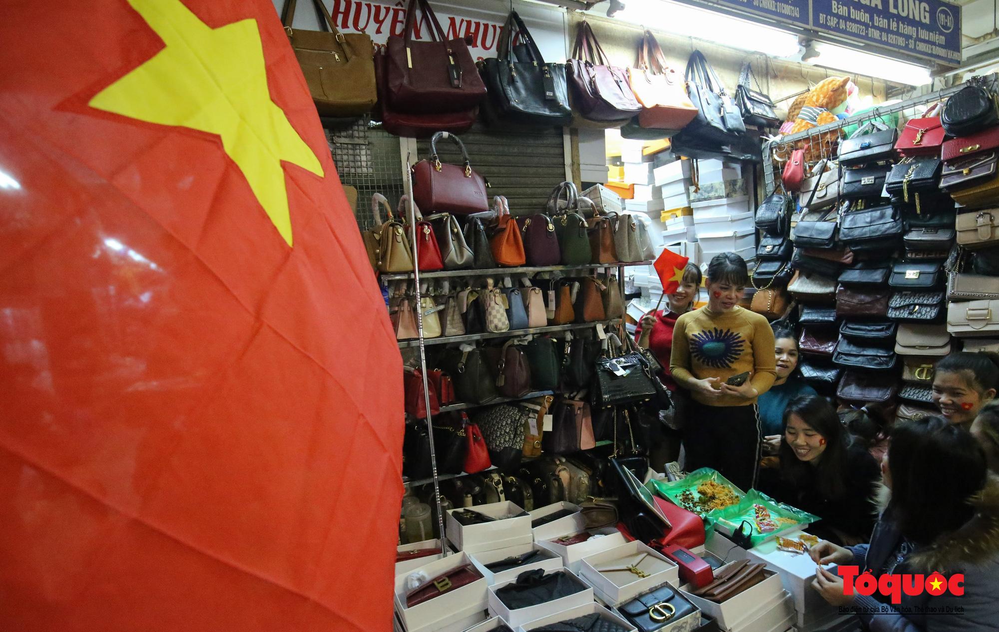 Hà Nội: Tình yêu bóng đá mãnh liệt của những tiểu thương khu chợ hơn trăm tuổi - Ảnh 1.