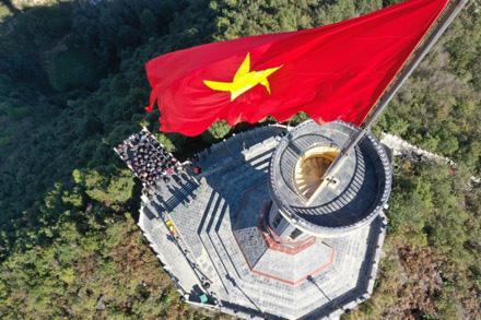 Tự hào lá cờ Việt Nam trên hành trình chinh phục miền biên ải - Ảnh 4.