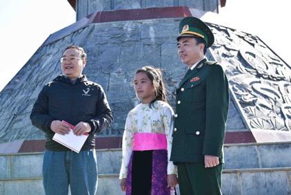 Tự hào lá cờ Việt Nam trên hành trình chinh phục miền biên ải - Ảnh 12.