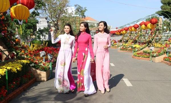 Đường hoa nghệ thuật Cần Thơ được làm thành từ hơn 80.000 chậu hoa tươi - Ảnh 1.