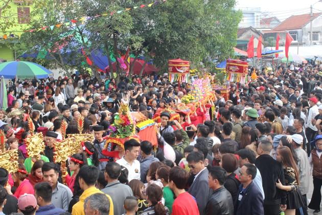 Quảng Ninh: Độc đáo lễ hội rước người sống lên miếu Tiên Công - Ảnh 1.