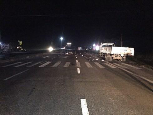 3 thanh niên tử vong khi đâm vào xe tải dừng bên đường - Ảnh 1.