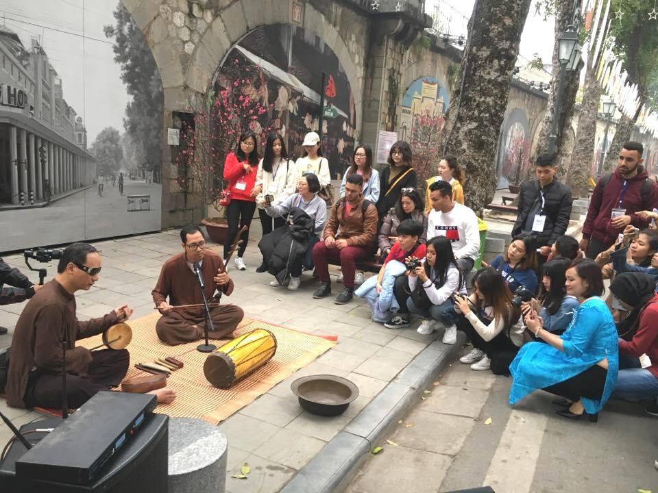 Sinh viên quốc tế thích thú với Tết cổ truyền Việt Nam - Ảnh 2.