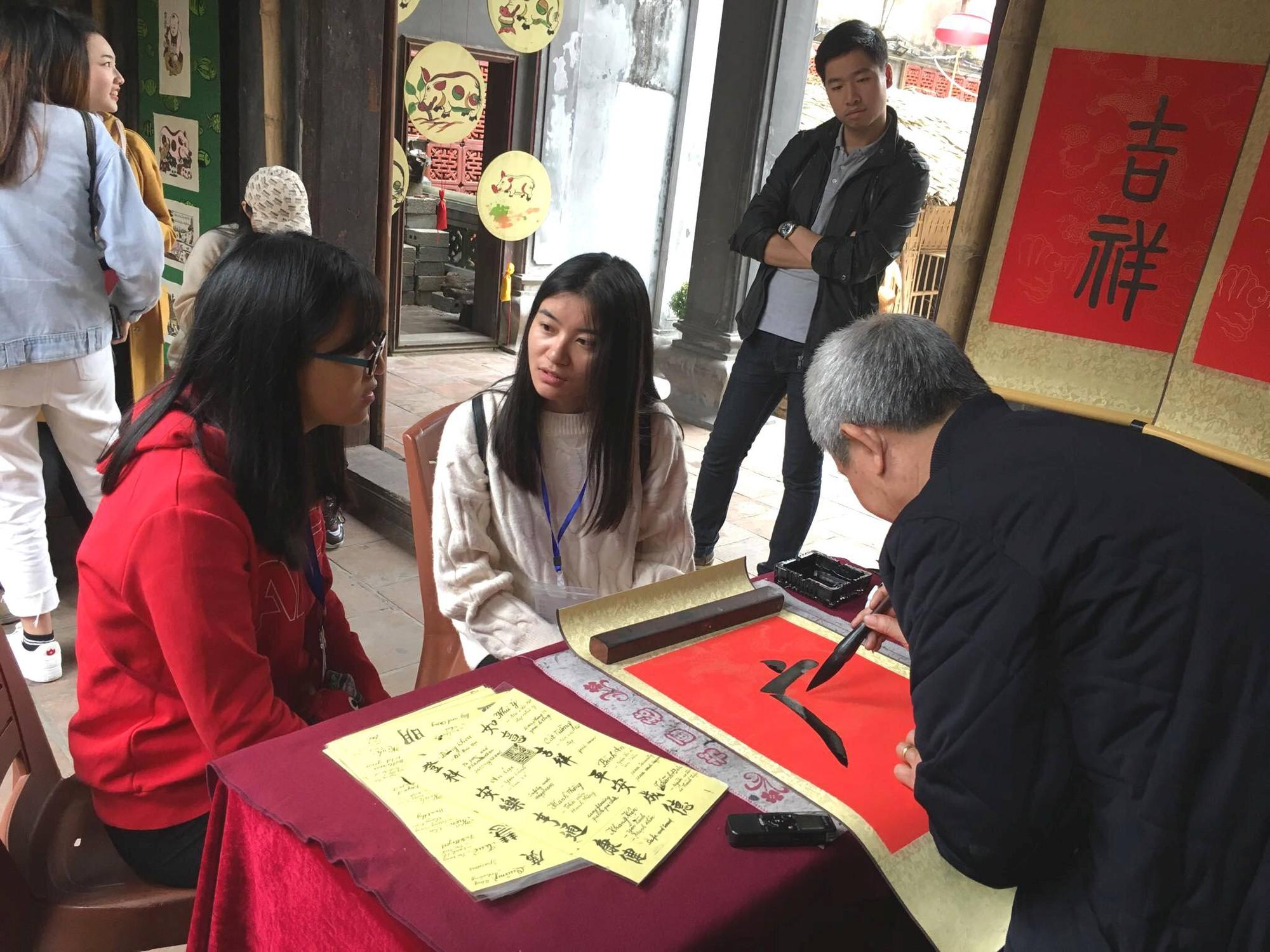 Sinh viên quốc tế thích thú với Tết cổ truyền Việt Nam - Ảnh 5.