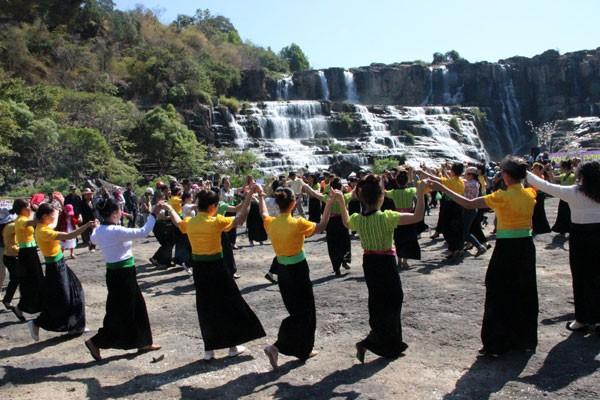 Lâm Đồng: Tưng bừng Lễ hội mùa Xuân dưới chân thác Pougour - Ảnh 1.