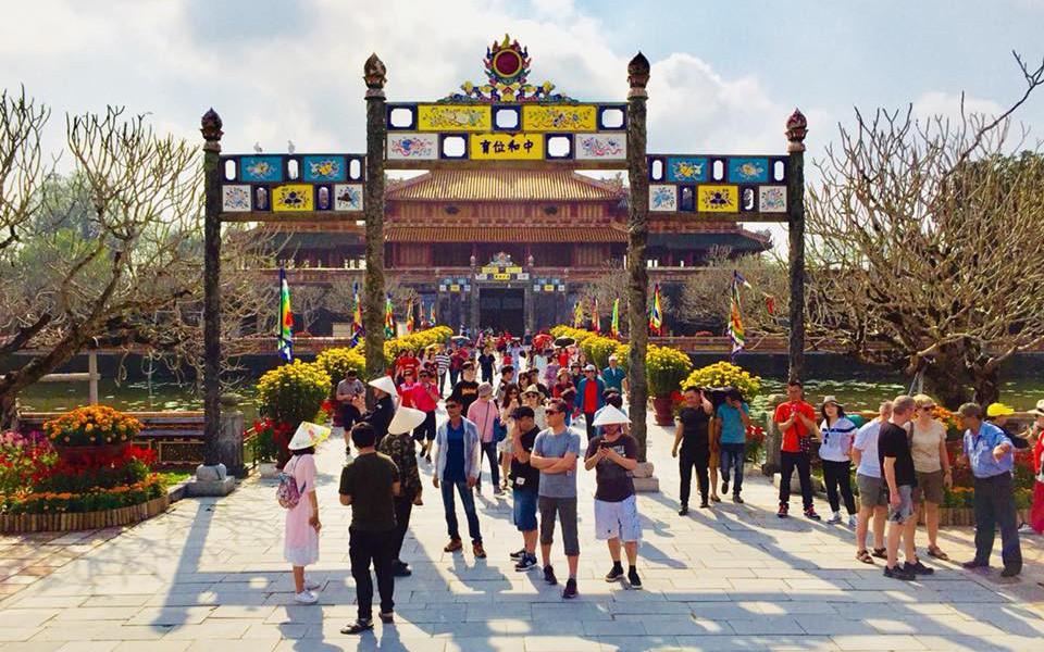 Hàng nghìn du khách đổ về vui Tết tại Hoàng cung Huế